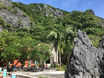 Ruine hinter Palmen
