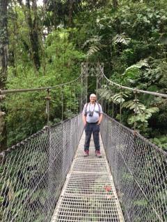 die längste Hängebrücke ist über 100 m lang und mehr als 50 m über dem Abgrund