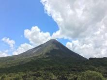 Sieht aus, als ob die Wolke aus dem Vulkan Arenal kommt, ist aber nicht so